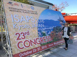 La Dra. Patricia Gutiérrez Ontalvilla a la entrada del 23 Congreso ISAPS en Kioto (Japón)