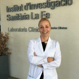 Dra. Patricia Gutiérrez Ontalvilla a las puertas del Instituto de Investigación Sanitaria del Hospital Universitario La Fe de Valencia (España).